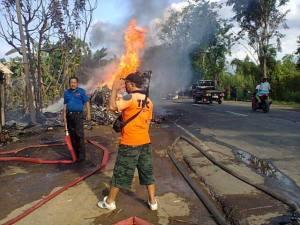 Truk terbakar (pict. berasal dari akun fb BPBD Situbondo)